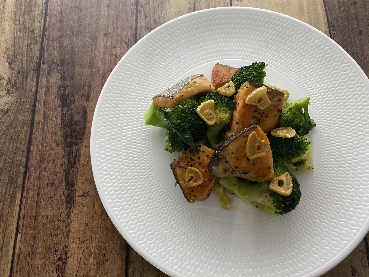 鮭とブロッコリーのガーリックソテー