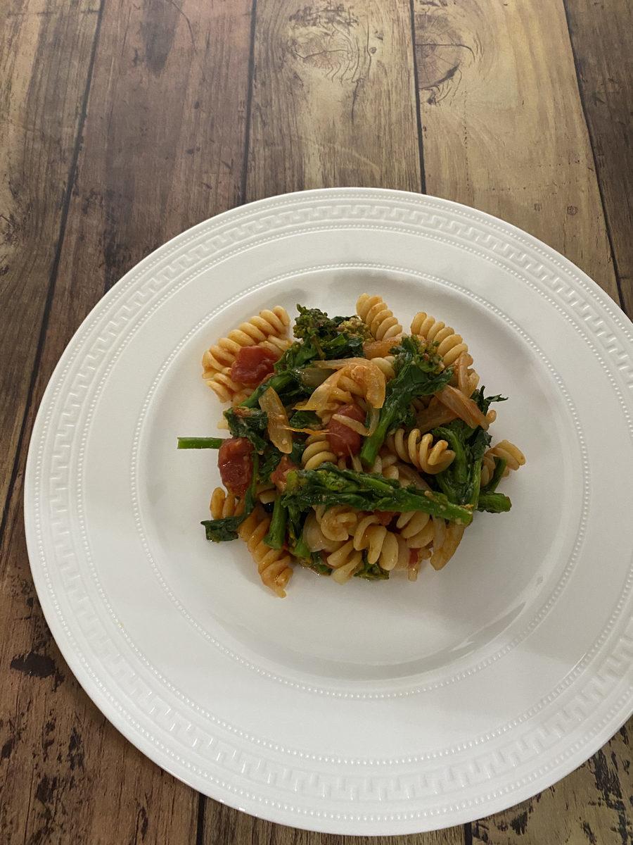菜の花とフジッリのトマトソース