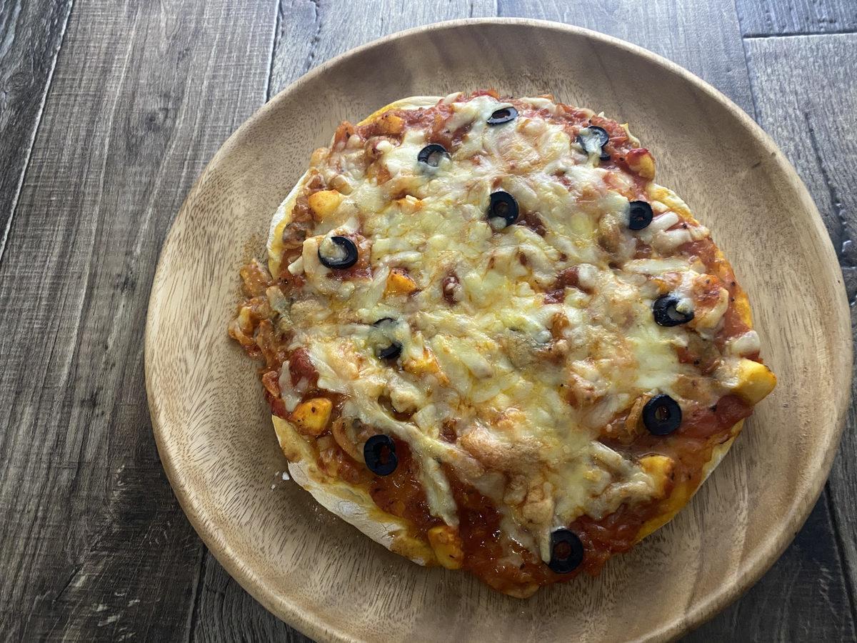 自家製トマトソースのシーフードピザ