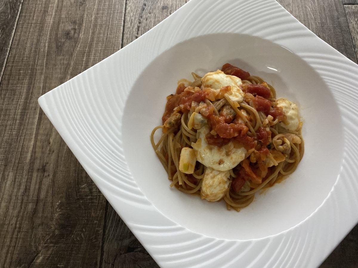 シーフードミックスとモッツァレラのトマトパスタ