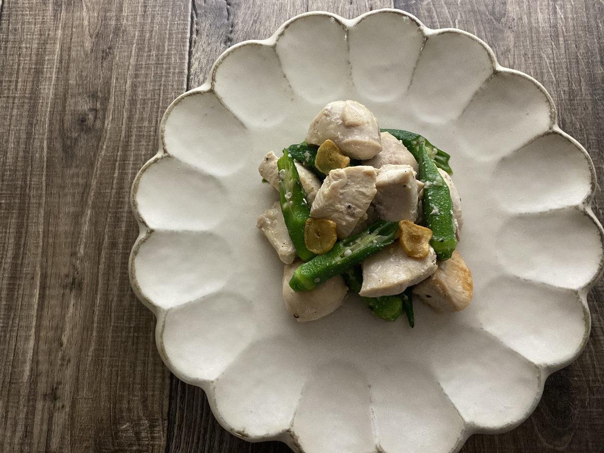 鶏むね肉とオクラのエスニック炒め