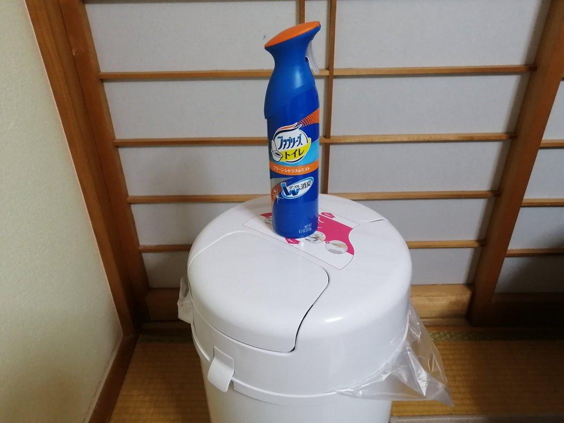 蓋付きゴミ箱と消臭スプレー
