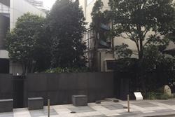 日本橋アネックス広場右に名水白木屋の井戸、漱石名作の舞台の碑