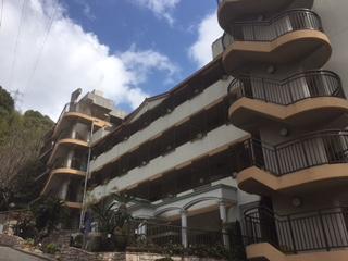 伊豆山のリゾートマンションホテル。すごく急な坂の上にありました!