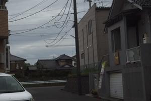 スマイル歯科の手前の道を右折(左の車があるところが歯科医院です)  画面左の家がカフェ じぇりびんず。