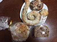 ぐるぐる巻きのパンはさるのしっぽ!ハード系のパンが多いです。食パンはこれから焼く分もすべて予約で売り切れ。