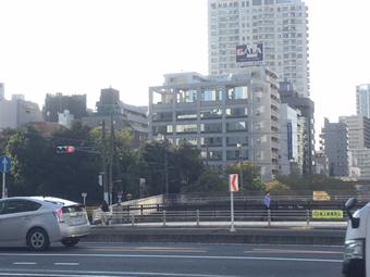 地面じ事件現場と五反田駅目黒川にかかる桜田通りから