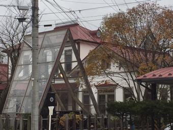 旧駅舎、電気機関車、紅葉の街路樹