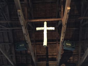 白樺の十字架、天井の梁