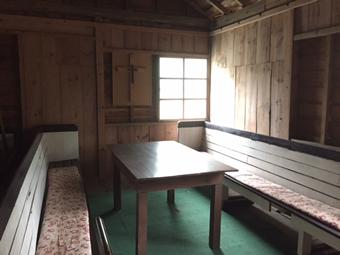 祈りの部屋、敷地前の道標
