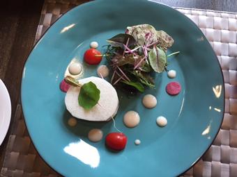 前菜古代黒耀蝶鮫のマリネ、洋梨のソース