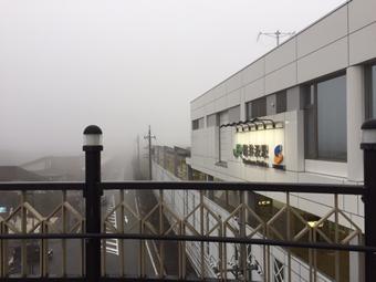 霧で前日は見えていたスキー場は全く見えません