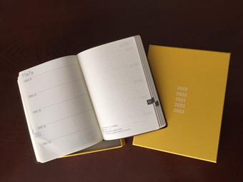 ほぼ日5年手帳。見開きで5年分の「今日」が記録できます。