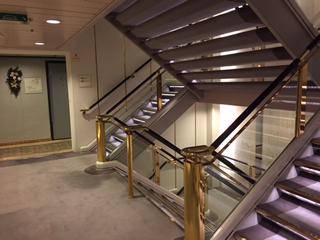 船室のある階のエレベーターホール前階段