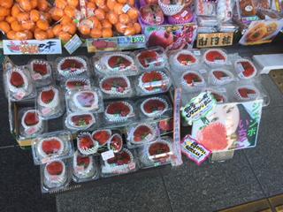 おばけいちご(赤い座布団みたいにペシャっと平たい)