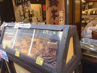 案内所隣の雷神堂巣鴨本店で焼き立てのお煎餅1枚50円を購入