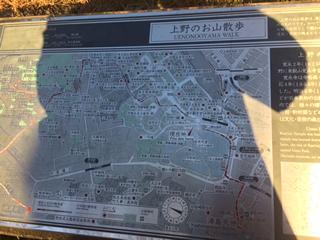 門を出てすぐ左手の階段下には「上野のお山散歩」の案内板がありました。