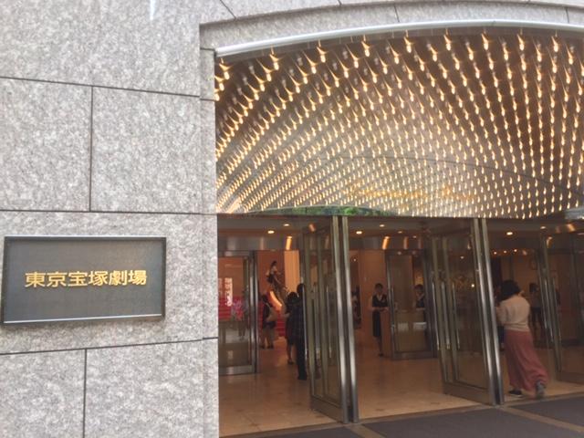 東京宝塚劇場入り口