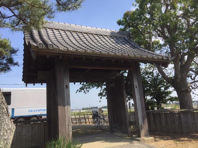門の内側から12号線、12号線側から園内