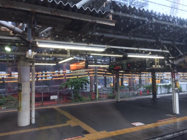 小田原駅構内、海岸線 車窓から