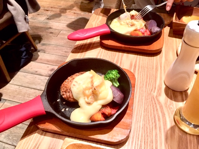 トロトロチーズのスキレットハンバーグステーキ(1800円)