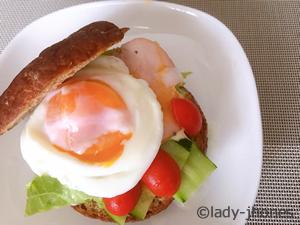 BASE BREADプレーン レタス、キュウリ、ハム、ミニトマト、温泉卵