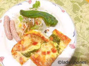 ツルヤでそろえた朝食。ピザと野菜焼き
