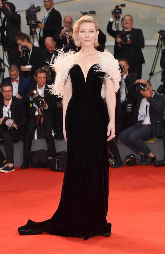 robe de soirée noire longue à plumes Cate Blanchett