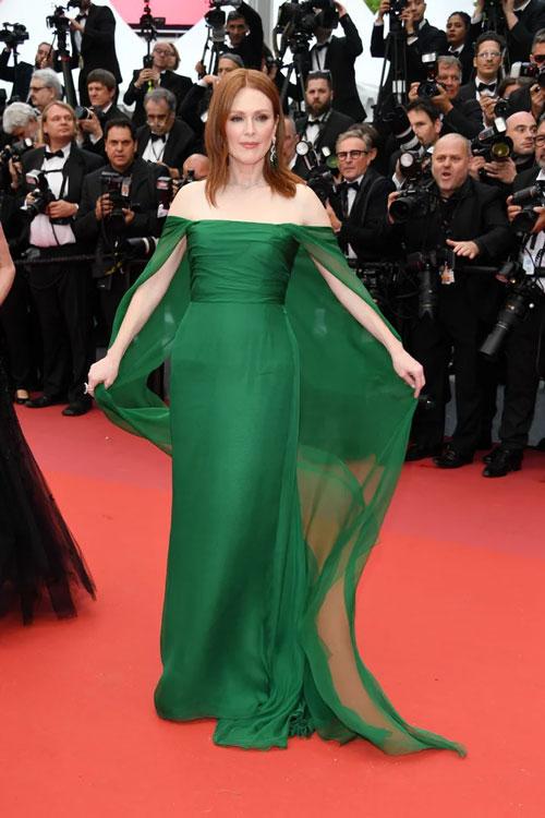 Julianne Moore en une robe de soirée verte épaule dénudé au Festival de Cannes 2019