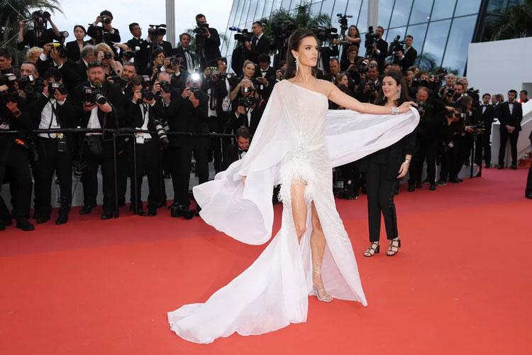 Alessandra Ambrosio en une robe de soirée asymétrique fluide Cannes 2019