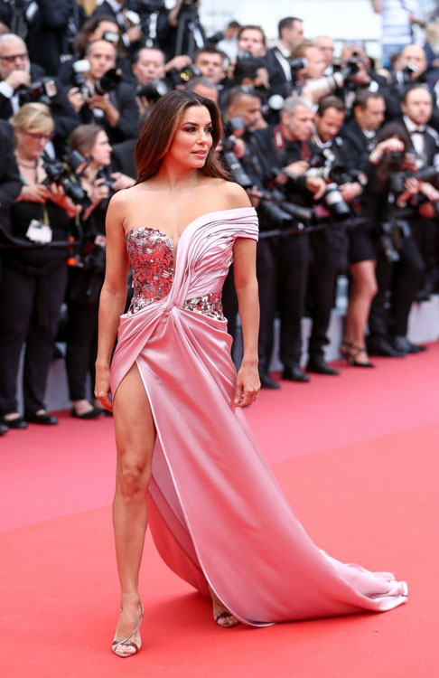 Eva Longoria en une robe de soirée rose asymétrique fendue sexy Cannes 2019