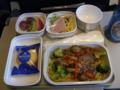 機内食、牛肉炒めと麺