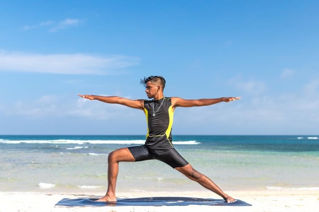 """""""yogaと休息日もいれながら一定期間ローテーションを続け、電話カウンセリングの時に報告します。例えば、30分のヨガを途中で休まないとできなかったとか、この部分がどうしてもできないとか、先週はセッション2はきつかったけど、今週はすんなりできた、と言う風に具体的に伝えます。実際、僕も人が見たら大した動きもしていないのに汗びっしょりになって、途中で止まってしまうことが何度もありました。</p"""