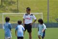 見に来ていた小学生の子にサッカーを教えてました!
