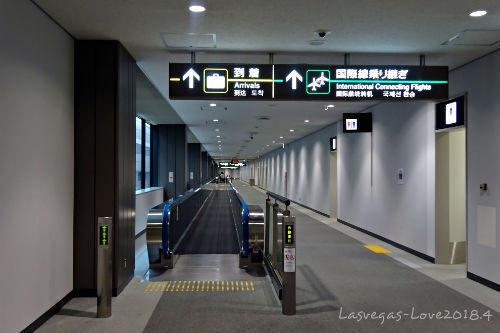 成田空港 国内線から国際線へ 通路