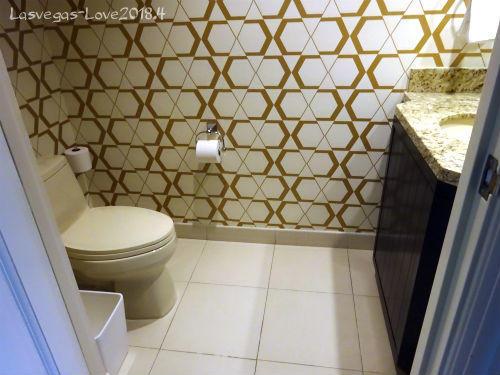 入口横 トイレ