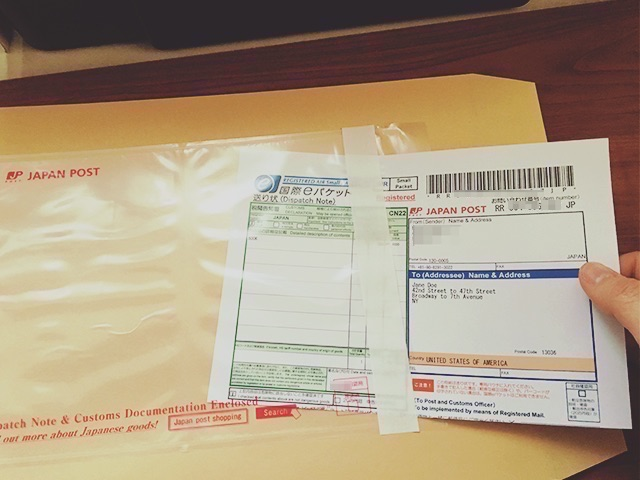 国際eパケットの送り状をパウチに入れる