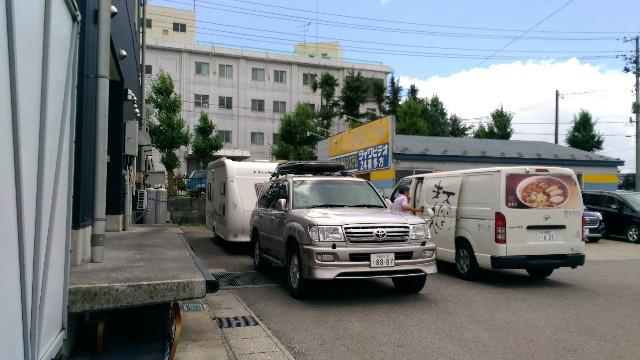喜多方ラーメン来夢 喜多方本店の駐車場の大型車