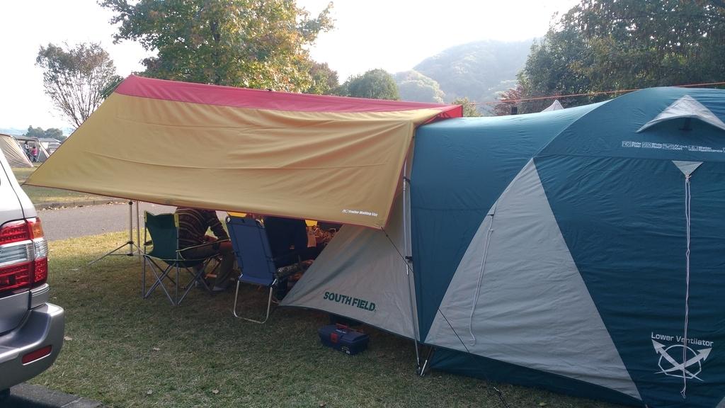 キャンプ場でテント設営出会いの森オートキャンプ場