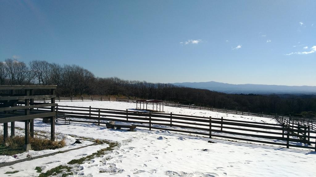 雪に埋もれた牧場