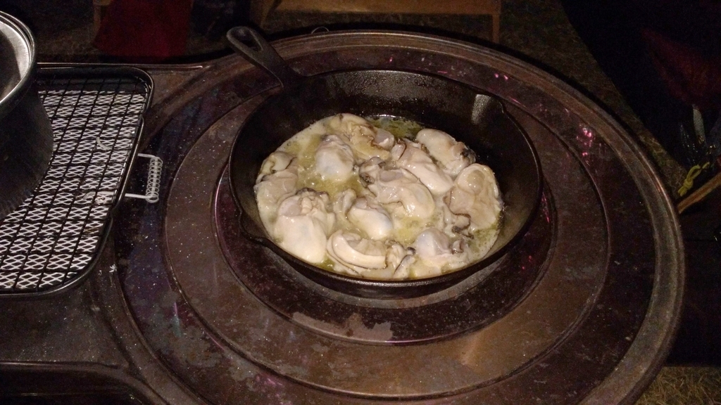 薪ストーブでカキの白ワイン蒸し