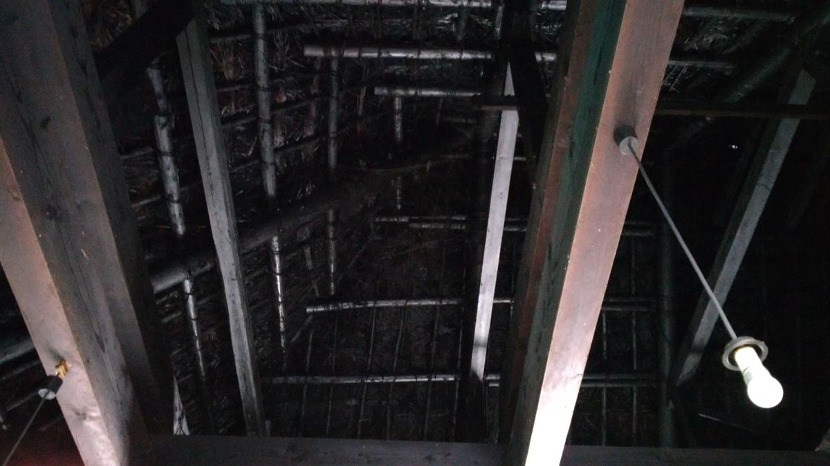 茅葺屋根の裏