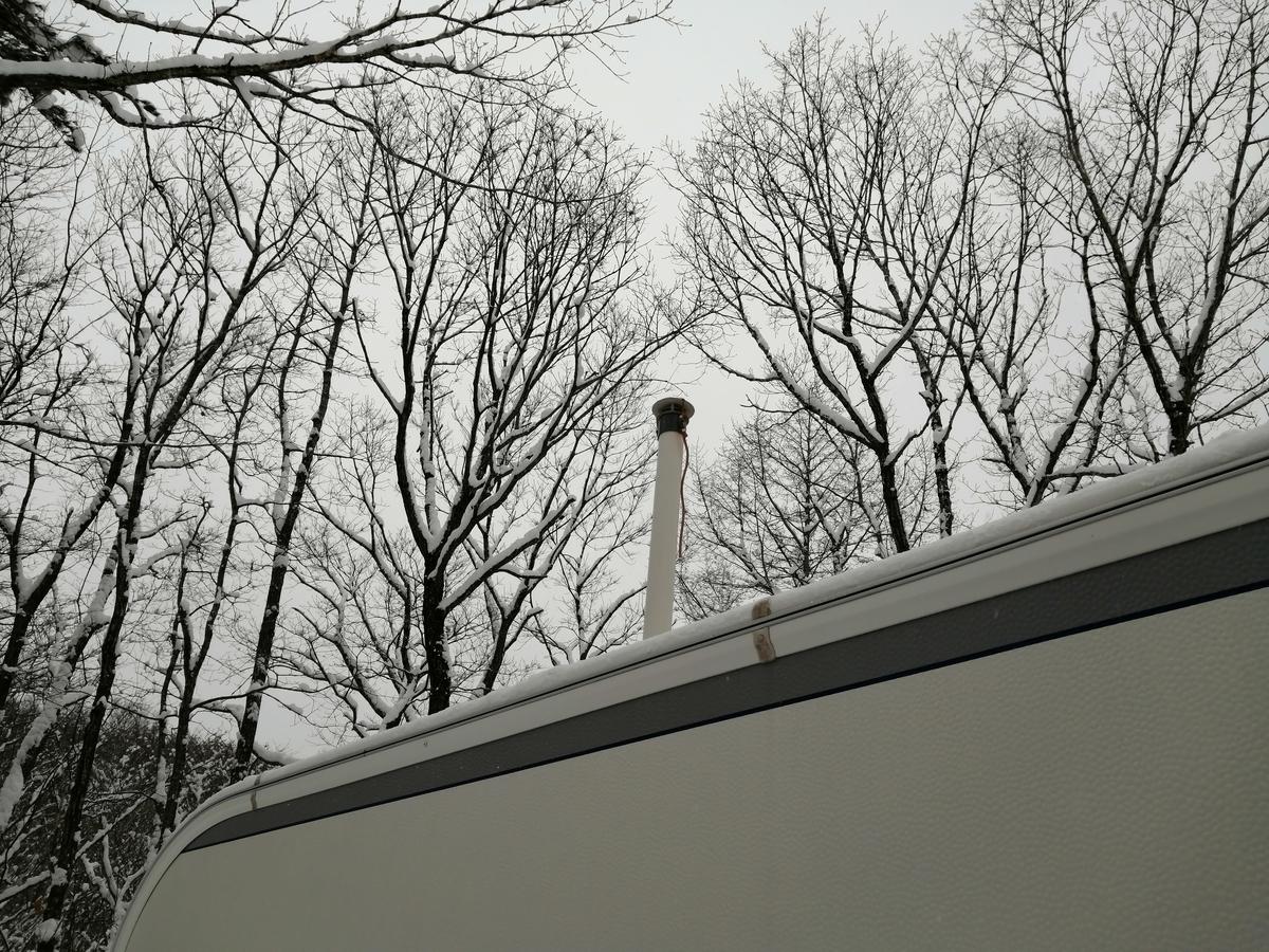 エンゼルフォレスト那須白河 キャンピングトレーラー 雪中キャンプ シーズー FFヒーター 煙突