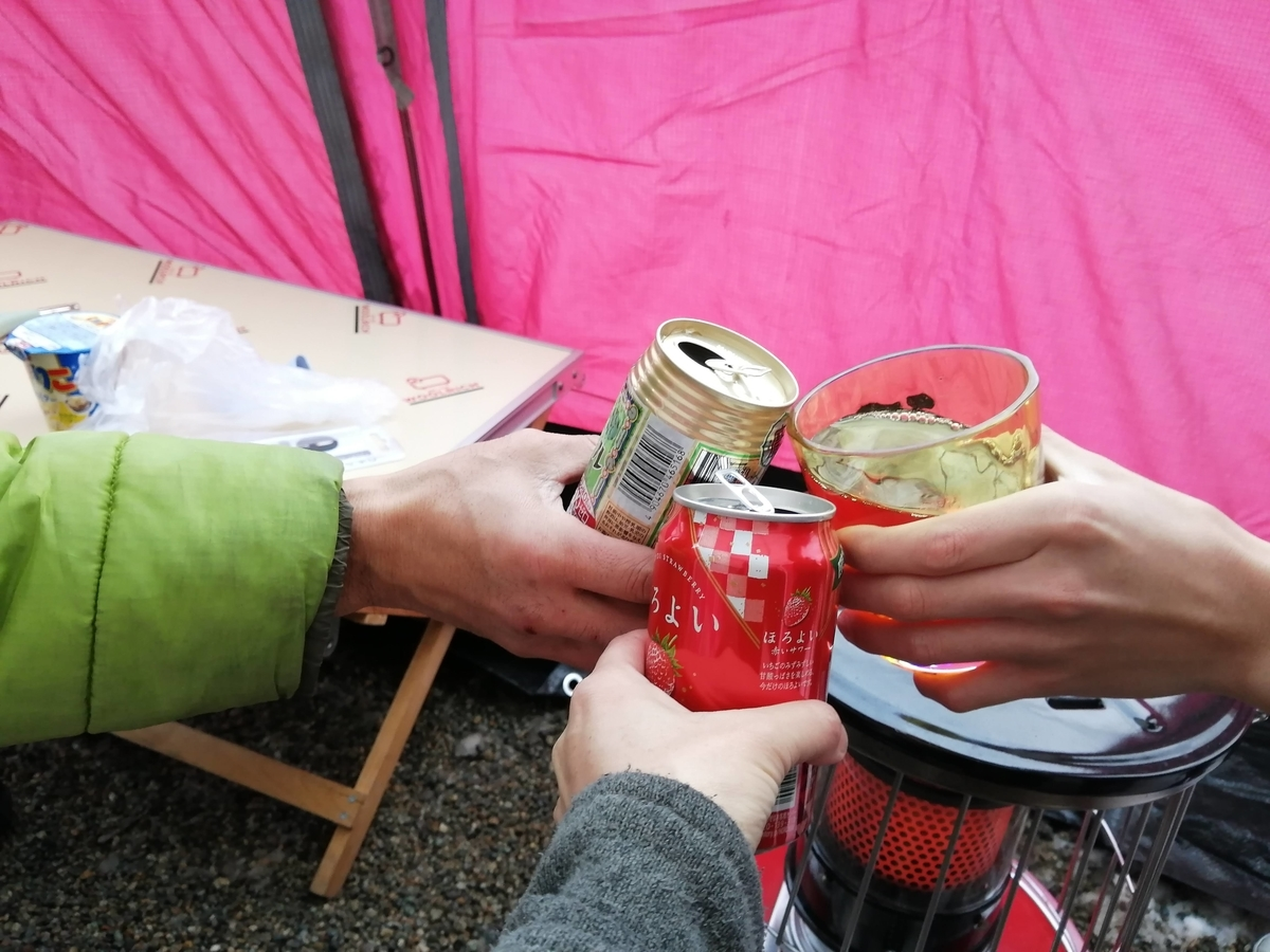 エンゼルフォレスト那須白河 キャンピングトレーラー 雪中キャンプ 乾杯