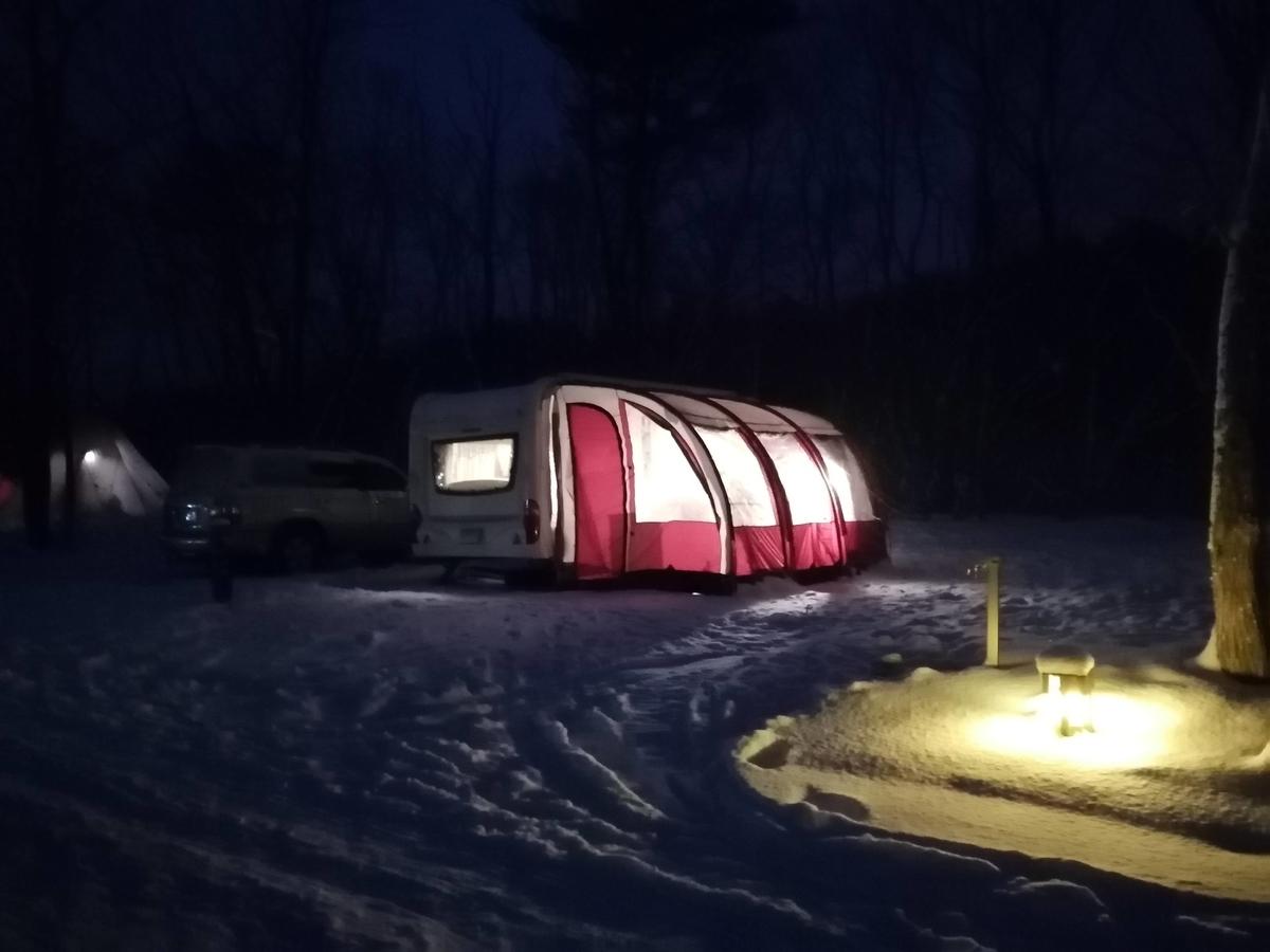 エンゼルフォレスト那須白河 雪中キャンプ 夜の灯り キャンピングトレーラー