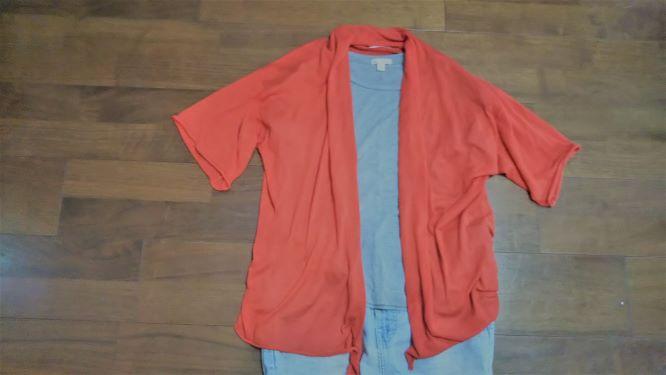 赤のカーティガンとグレーのTシャツの組み合わせ
