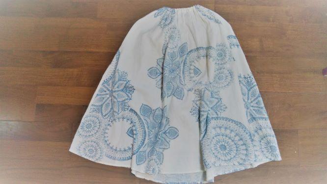 薄い素材のエスニック調のスカート