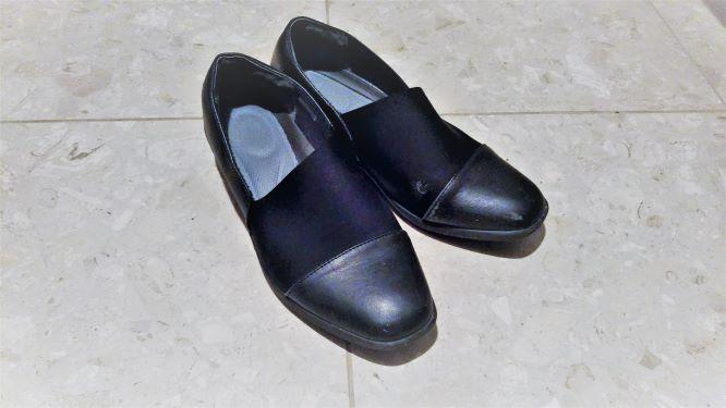 これまで普段履きにしていた黒い靴。少しヒールあり。