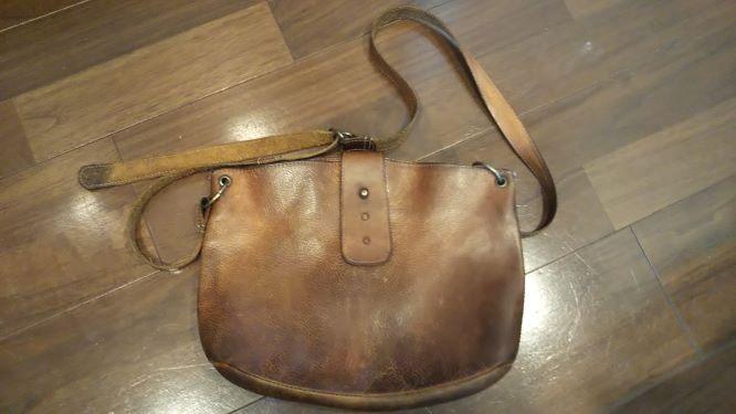 お手入れ後の革の斜めかけバッグ
