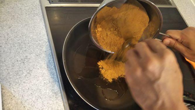 混ぜたスパイスをサラダ油をひいたフライパンで炒める